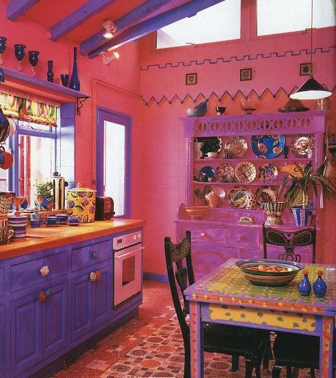 pareti rosa, una credenza rosa neon e armadi viola ti faranno impazzire