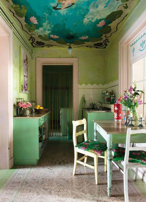 pareti e armadi verdi, un soffitto dipinto colorato, sedie luminose