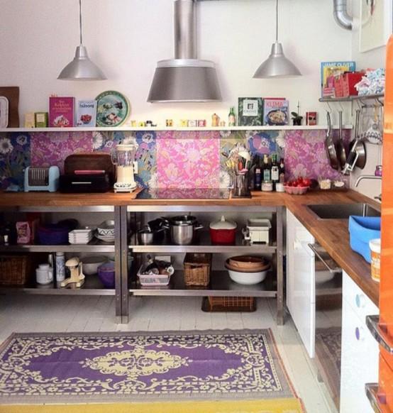 una cucina marocchina boho colorata con un backsplash di piastrelle luminose e un tappeto audace sul pavimento per uno spazio luminoso