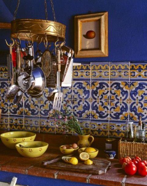 pareti blu brillante e piastrelle in stile marocchino più porcellana audace per uno spazio boho