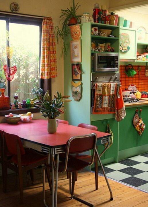 armadi verdi e un tavolo rosso, mobili vintage e tessuti per uno spazio luminoso di ispirazione retrò