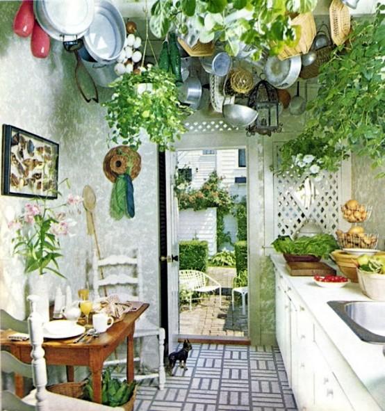 pareti fatte con carta da parati stampata e molta vegetazione in vaso che pende