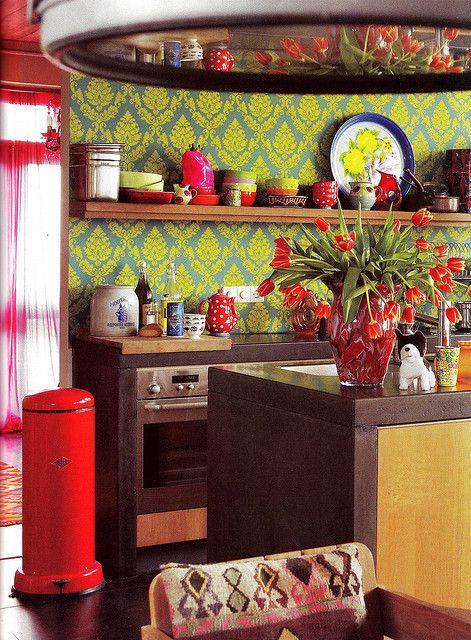 carta da parati stampata brillante, tocchi di rosso caldo, porcellana e tessuti stampati