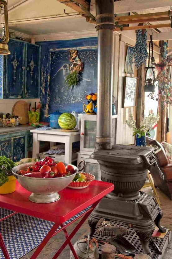 pareti dipinte di blu, tessuti luminosi e un tavolo rosso acceso