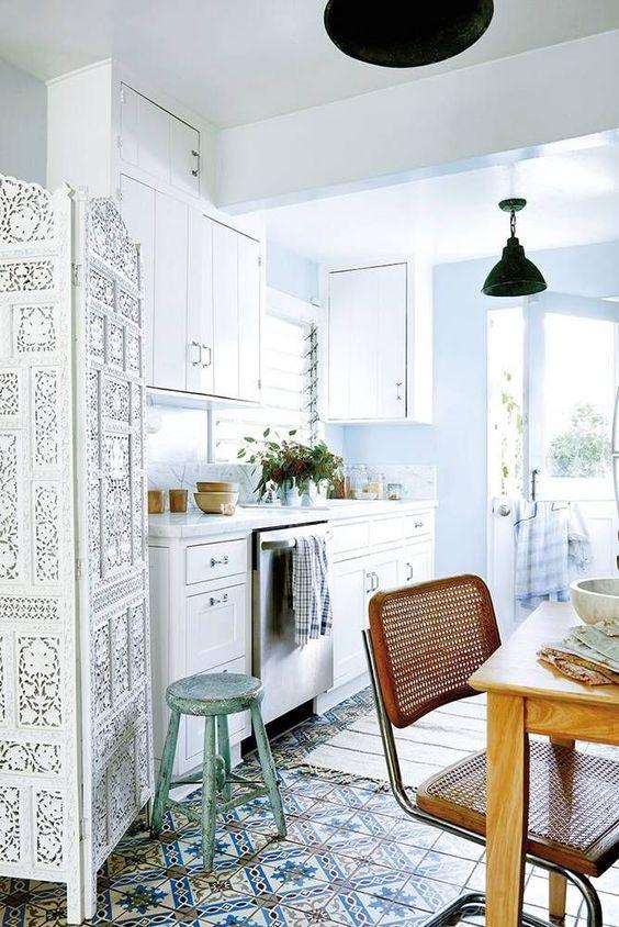 un pavimento in piastrelle di mosaico, una sedia in legno e un divisorio bianco in stile marocchino per un look boho chic