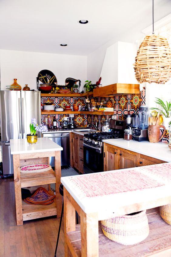 un backsplash colorato in piastrelle di mosaico, un paralume in vimini e armadi in legno per un'atmosfera boho