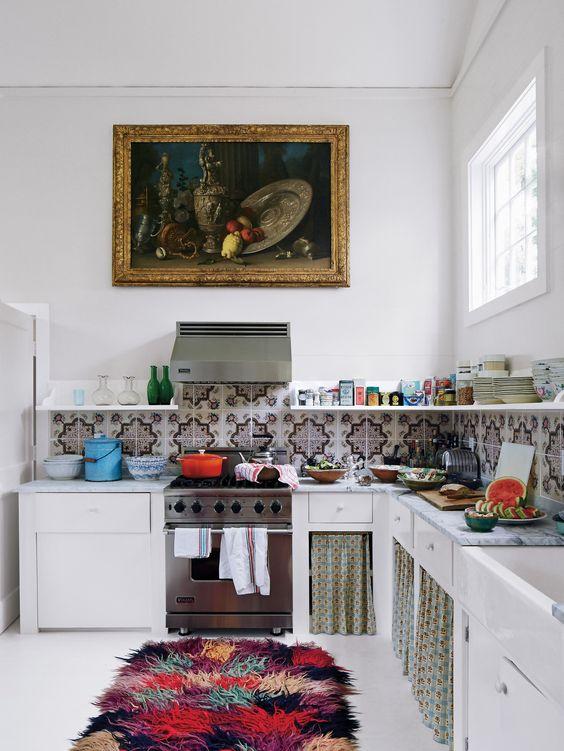 un soffice tappeto colorato, un backsplash di piastrelle a mosaico e alcune tende per un'atmosfera boho