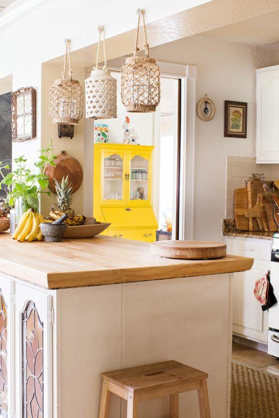 supporti per lanterne macramè, un tappeto di iuta e tocchi di legno per una cucina boho chic
