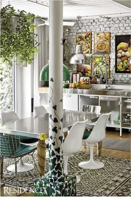 opere d'arte colorate, un pilastro unico, sedie verde scuro e tappeti stampati per un look accattivante