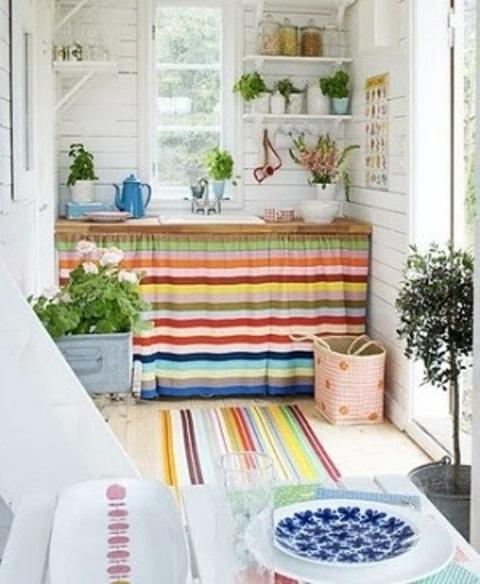 tessuti luminosi e porcellane sono ciò di cui hai bisogno per infondere colore e stampe nel tuo spazio
