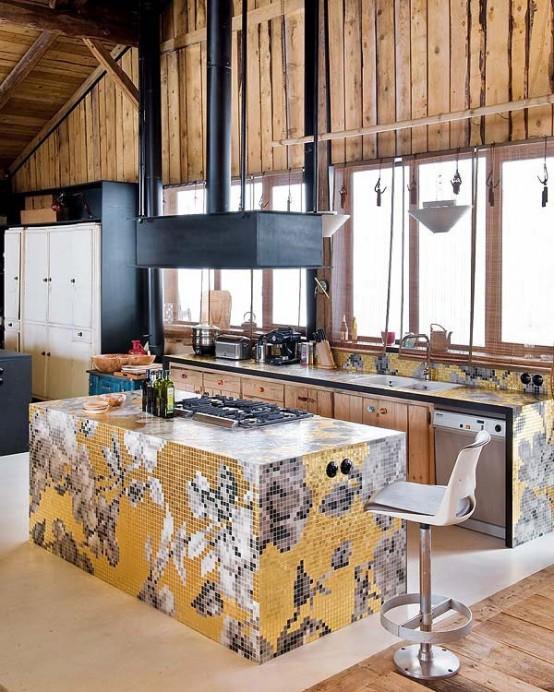 piastrelle luminose che formano un motivo floreale aggiungono interesse a questa cucina