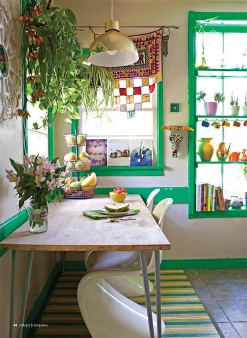 tocchi di verde brillante, porcellana colorata e molta vegetazione e fiori in vaso