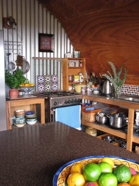 tessuti luminosi e piastrelle luminose rinfrescano questa cucina rendendola più accattivante