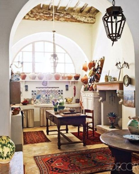 tappeti colorati, piastrelle e porcellana rendono luminosa questa cucina boho neutra