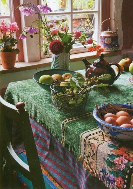 tessuti colorati a strati e fiori in vaso sono fantastici per creare un'atmosfera