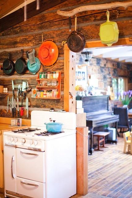 Le colorate pentole in porcellana sono ideali per dare colore alla tua cucina