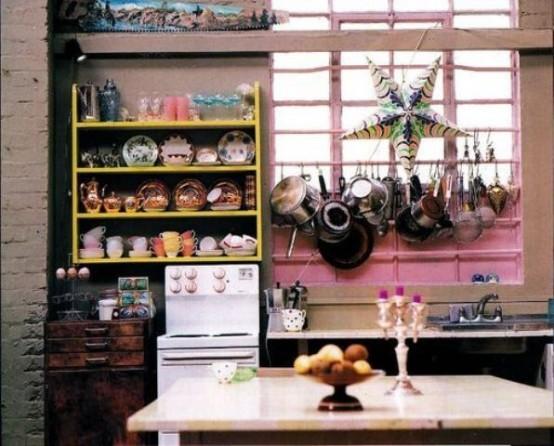 porta un tocco di boho alla tua cucina usando porcellane luminose e alcuni accessori