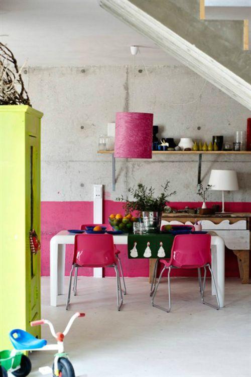 un minimalista incontra la cucina boho chic con molto cemento e tocchi di rosa neon e giallo