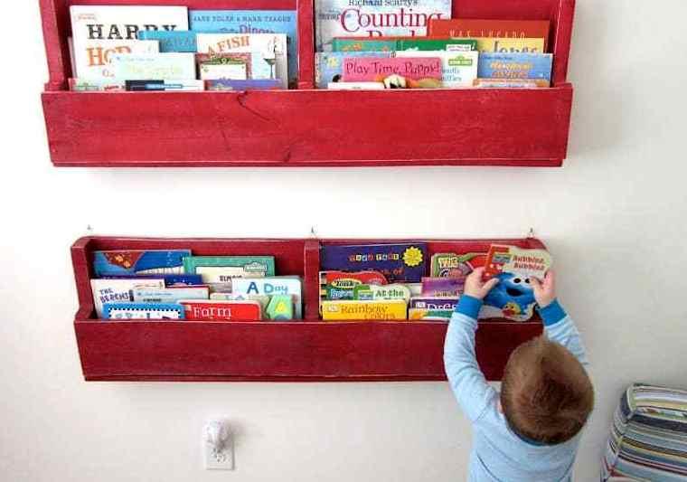 uno scaffale per pallet colorato per uno spazio per bambini è l'idela per riporre libri e riviste