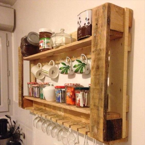 un portapallet riciclato per una cucina dispone di contenitori per bicchieri e tazze e barattoli con varie cose