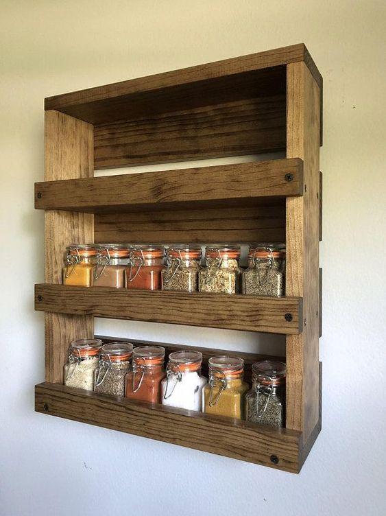 creare un elegante scaffale per pallet rustico con diversi strati per conservare spezie e altre cose in cucina