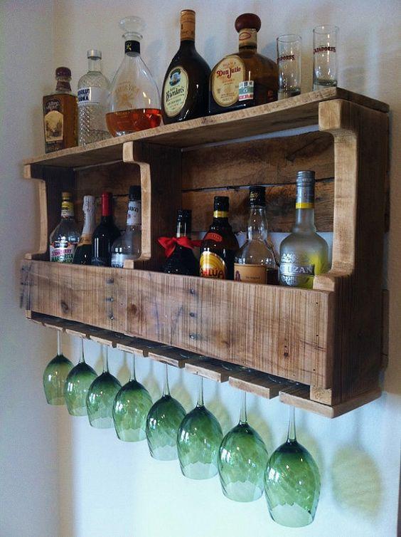 un portabottiglie rustico per pallet con bottiglie di vino e liquori e spazio per bicchieri è un fai-da-te semplice e fresco