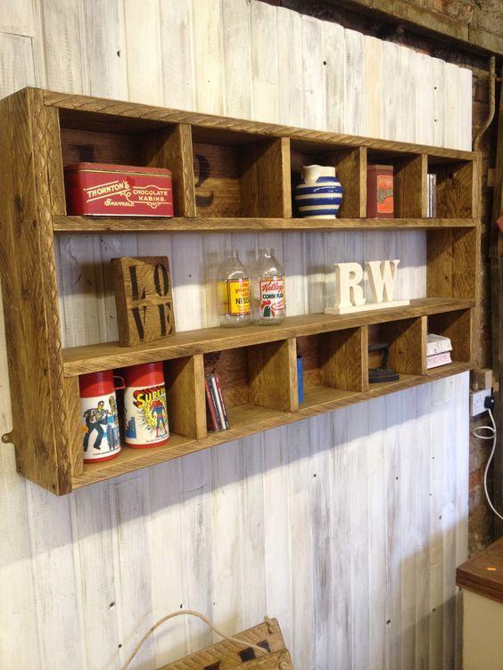 uno scaffale rustico con molti scomparti costruiti in legno di pallet colorato è un bel fai-da-te