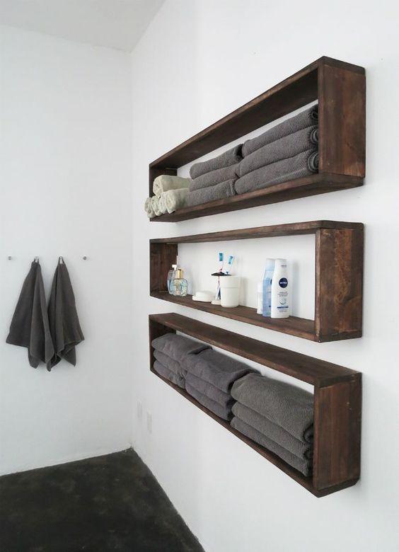 le mensole da bagno eleganti e lunghe a parete costruite in legno di pallet verniciato scuro sono l'ideale se si dispone di poco spazio