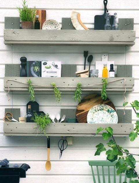 un trio di semplici scaffali in cucina per riporre tutto ciò di cui potresti aver bisogno, appendere cose e persino aggiungere verde - costruito in legno di pallet dipinto di grigio