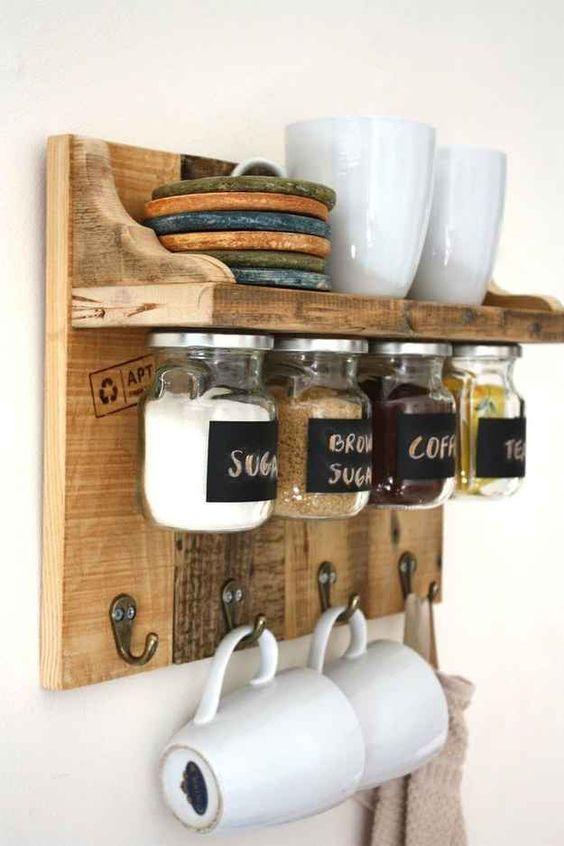 un rustico colorato incontra un rack industriale con spazio di archiviazione, con vasi su magneti e ganci per tazze