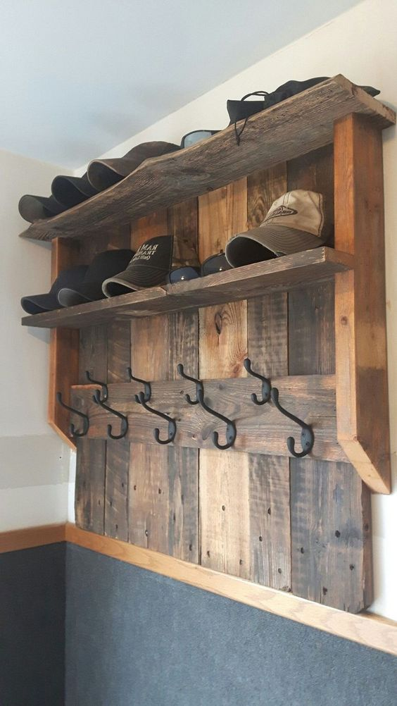 un portapallet in legno tinto con spazio per berretti e cappelli, con ganci è un'ottima idea per un ingresso