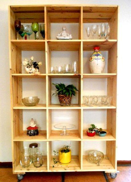 un mobile contenitore costruito con pallet in legno tinto di luce è una bella unità per una cucina o una sala da pranzo - qui vedrai bicchieri e pentole conservati