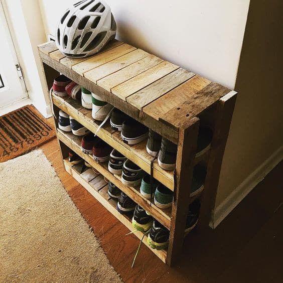 una semplice scarpiera rustica costruita in legno per pallet presenta diversi livelli per ospitare tutte le tue scarpe, il pezzo si adatterà anche a un piccolo ingresso