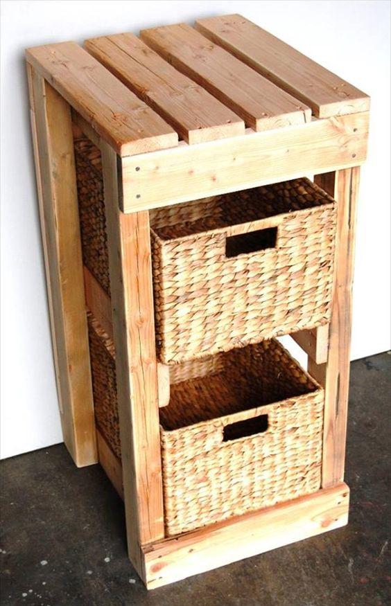 un grande contenitore costruito con pallet in legno e cestini che fungono da cassetti è un'idea interessante