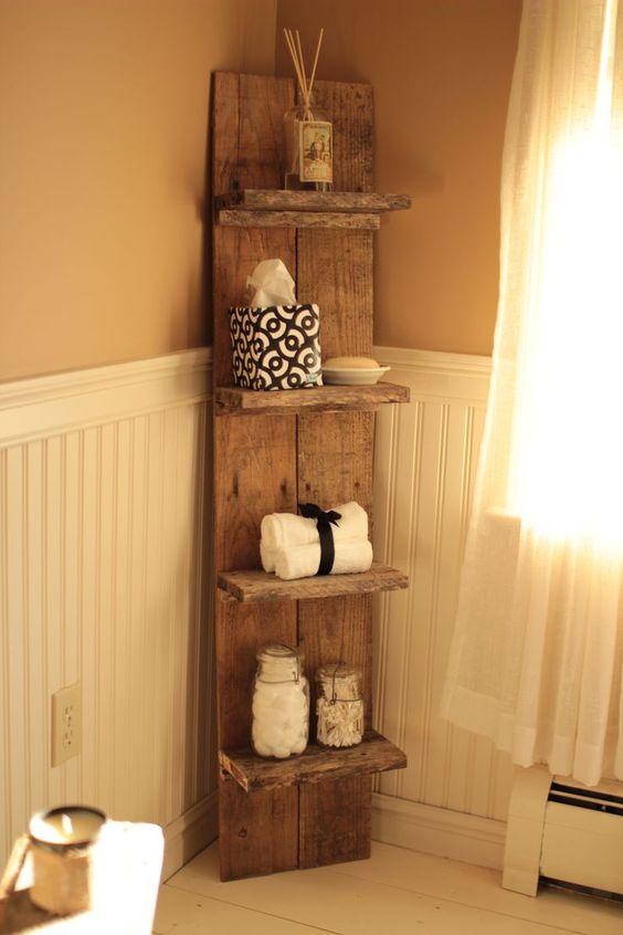 una mensola da bagno elegante con diversi livelli per cose da bagno e asciugamani è un'idea elegante per un bagno rustico
