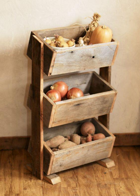un semplice cestino per verdure rustico con tre scatole su supporti è un'ottima idea per le cucine, puoi facilmente costruirlo con pallet in legno