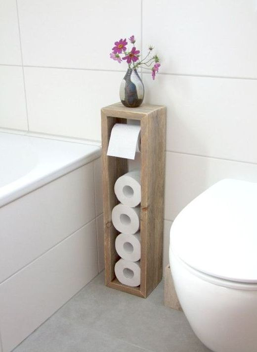 un elegante portarotolo di carta igienica con un po 'di spazio sulla parte superiore è perfetto per un bagno con mancanza di spazio