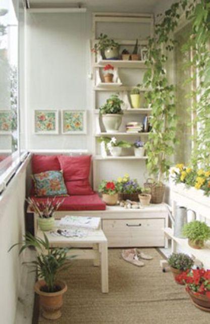 una panca portaoggetti e alcune scaffalature aperte sopra sono tutto ciò di cui hai bisogno per un piccolo balcone
