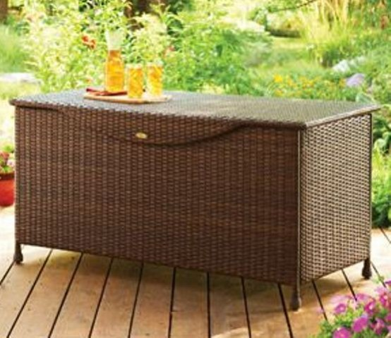 una panca e una cassettiera in vimini in uno è un modo senza tempo per riporre gli oggetti e portare immediatamente un'atmosfera rilassata