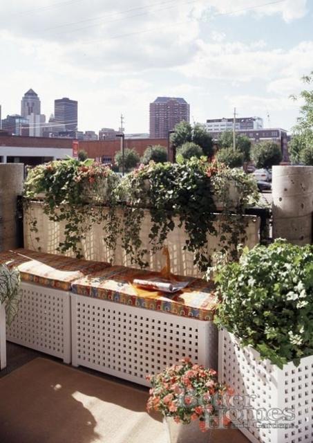 panchine bianche con spazio di archiviazione all'interno e cuscini colorati in cima si adatteranno anche a un piccolo balcone