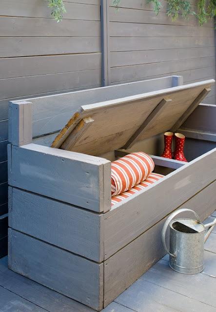 una panca in legno verniciato grigio con spazio di archiviazione all'interno è un facile progetto fai-da-te