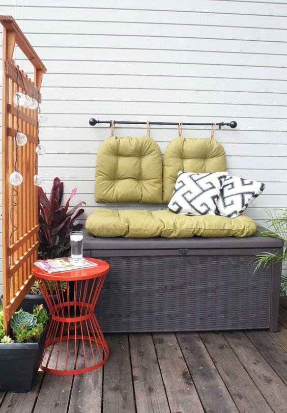 una panca portaoggetti è un pezzo perfetto per qualsiasi piccolo balcone: ha due funzioni contemporaneamente