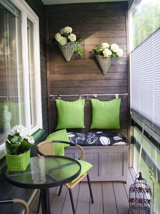 un sedile piccolo e comodo con uno spazio di archiviazione all'interno è una bella idea per un piccolo baclony
