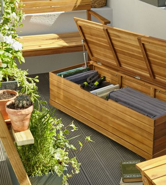 una semplice panca in legno di assi può essere utilizzata per riporre tutto ciò che desideri sul tuo balcone