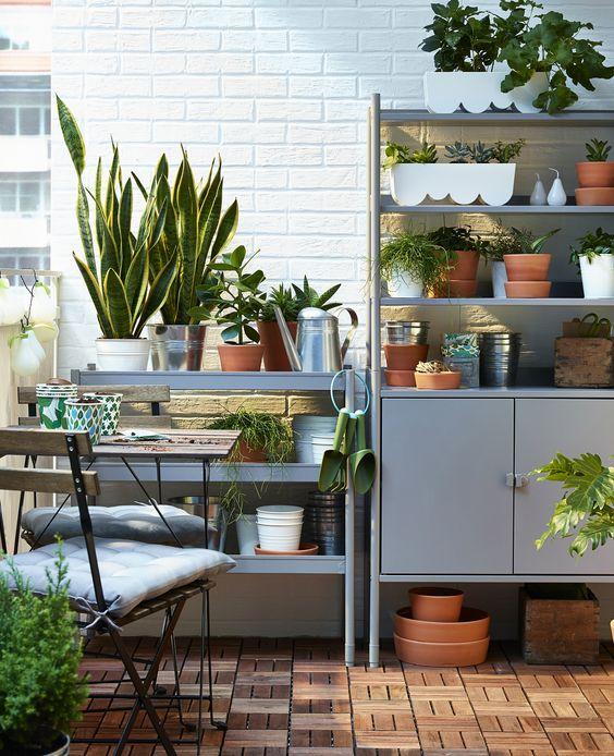 alcuni mobili di stoccaggio di IKEA sono una bella idea per un balcone o un patio, ti daranno molto spazio