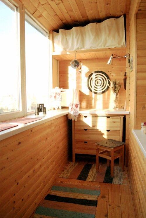 una piccola credenza e una mensola con una tenda sopra per riporla in un piccolo spazio
