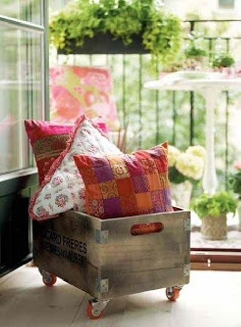 una cassa su rotelle è ideale per riporre cuscini e altri accessori e può essere utilizzata ovunque