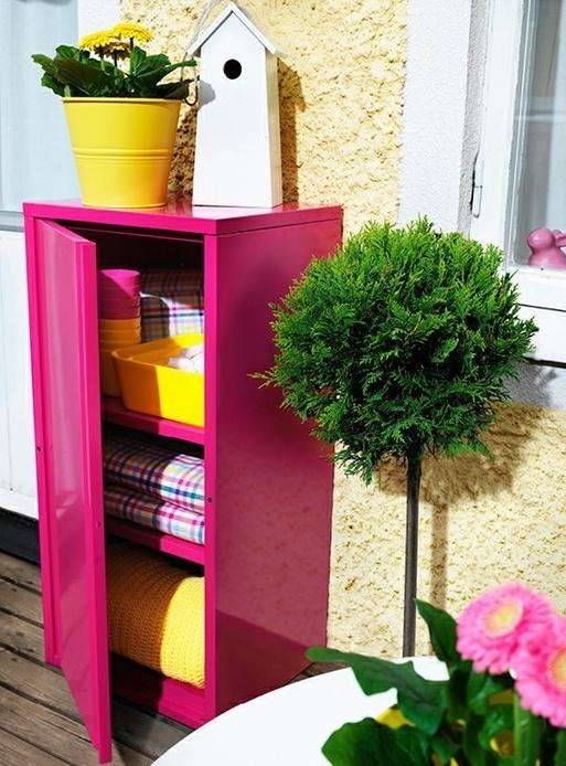 un armadietto rosa brillante per l'archiviazione è un'idea interessante se non hai un piccolo balcone molto piccolo