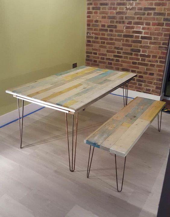 un tavolo da pranzo in pallet riciclato e panche abbinate con gambe a forcina e tocchi di colori imbiancati
