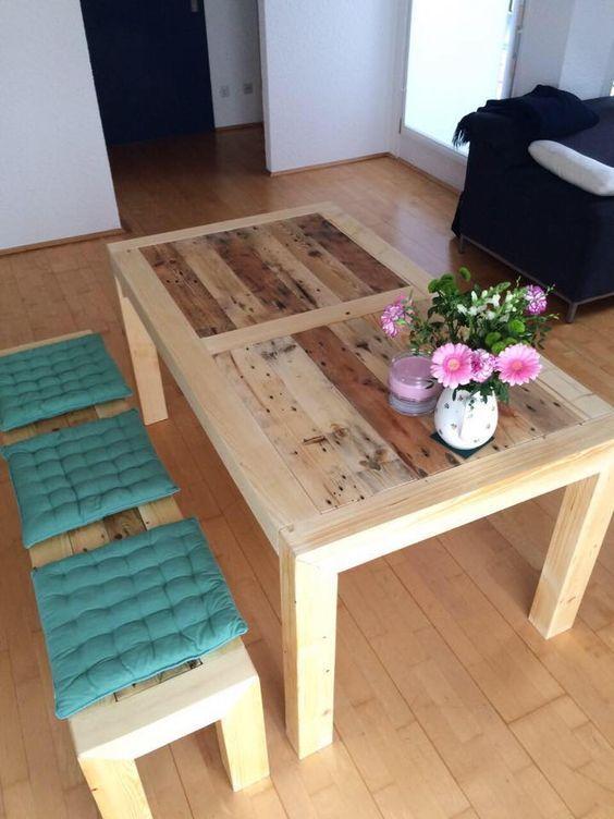 un tavolo da pranzo tinto di colore chiaro in legno di pallet e panche abbinate con cuscini colorati